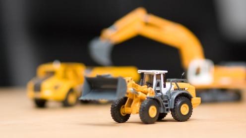 Fra venstre, guttas nye leker, dumper, hjullaster og gravemaskin